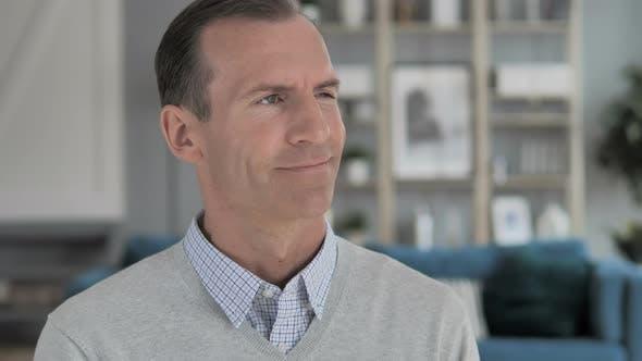Thumbnail for Porträt des erfolgreichen positiven Menschen mittleren Alters