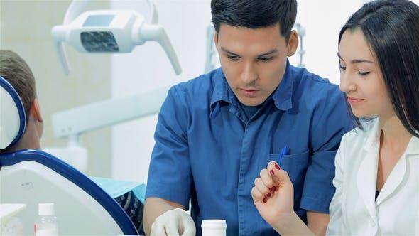 Le dentiste examine les dents
