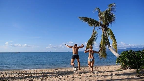 Thumbnail for Glückliche Familie Laufen zum Meer und Schwimmen