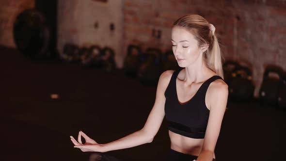 Fit Junge Frau Meditieren Im Fitnessstudio