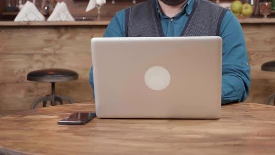 Thumbnail for Kellner eines Coffee Shop bringt eine Tasse Kaffee und legt es auf den Tisch
