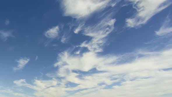 Thumbnail for Nuages se déplaçant dans le ciel bleu