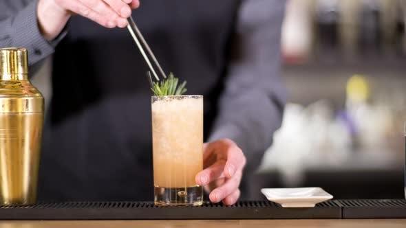 Thumbnail for Stilvolle Cocktailbar Mann 16