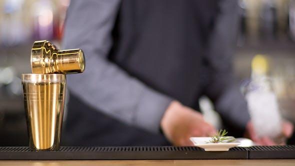 Thumbnail for Stilvolle Cocktailbar Mann 15