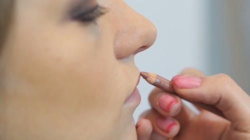 Makeup Artist Paints Lips With a Pencil