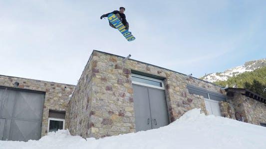 Скачок на крыше сноуборда