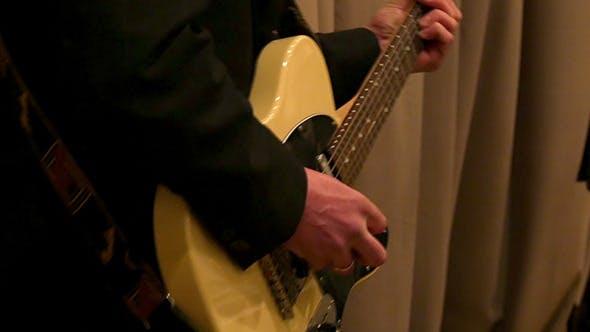 Thumbnail for Male Hand spielt die E-Gitarre