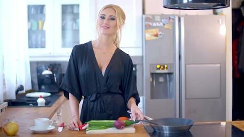 ziemlich stilvoll Hausfrau in die Küche