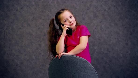 Thumbnail for Schönes Mädchen, das am Telefon spricht