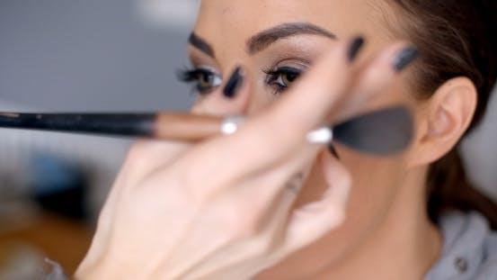 Kosmetikerin Anwendung Mascara