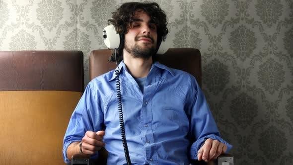 Thumbnail for Mann Musik hören mit Kopfhörern 1