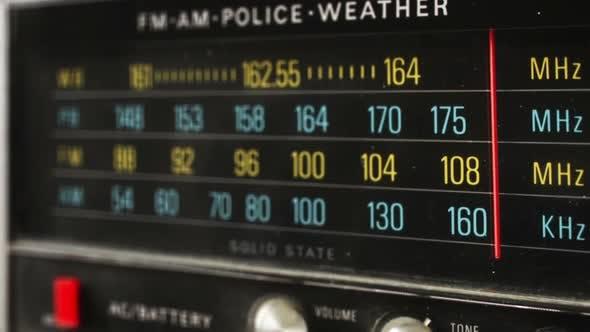 Thumbnail for Stop Motion eines großen Retro Radio mit Polizei Band 4