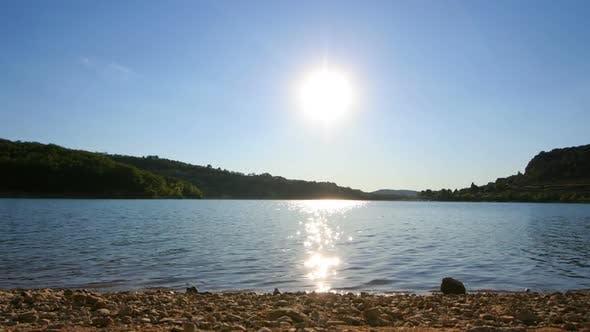 Thumbnail for Zeitraffer der Sonne Sonnenuntergang über einem See in Frankreich 2