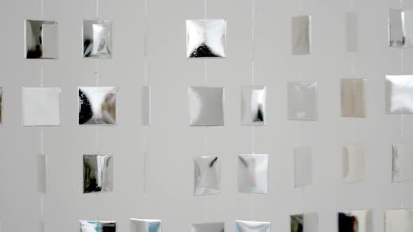 Coole Metallformen, die an der Wand hängen und sich bewegen, mit Reflexion von Sonnenlicht 1