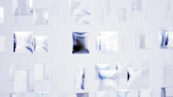 Coole Metallformen, die an der Wand hängen und sich bewegen, mit Reflexion von Sonnenlicht 2
