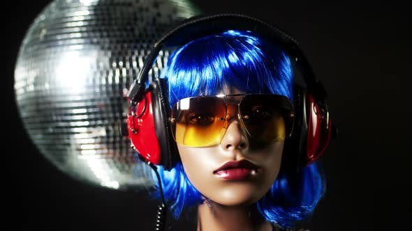 Unique Stop Motion Clip A Fashion Mannequin Head Wearing Retro Headphones 1