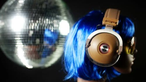 Unique Stop Motion Clip A Fashion Mannequin Head Wearing Retro Headphones 2