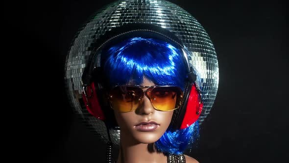Unique Stop Motion Clip A Fashion Mannequin Head Wearing Retro Headphones 4