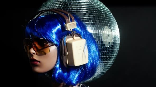 Unique Stop Motion Clip A Fashion Mannequin Head Wearing Retro Headphones 5