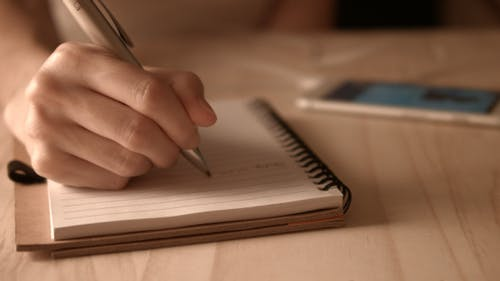 Schreibnotiz mit Stift