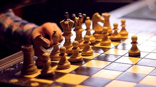Thumbnail for Zwei Männer spielen Schach. Schöne Schachfiguren.
