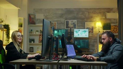 Gefährliche Hacker mit seinem Team tun Cyber Verbrechen