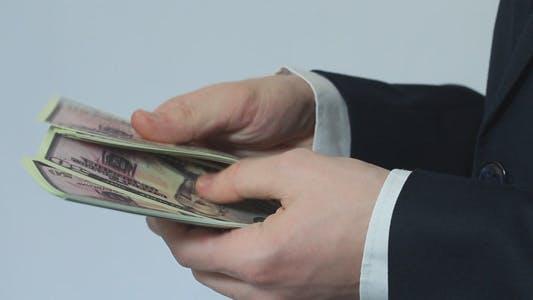 Thumbnail for Geschäftsmann zählt 50 Dollar Scheine