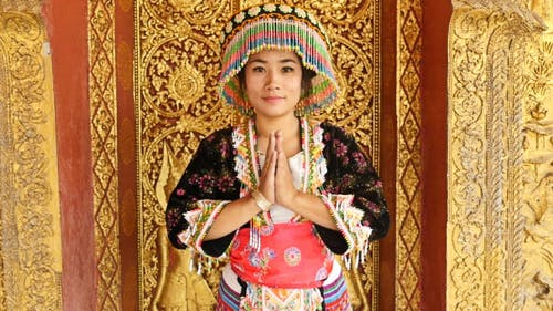 Hmong Girl Hands Of Pay Obeisance