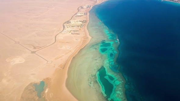 Vue aérienne de l'avion au désert et la mer