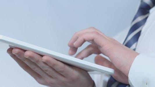 Cover Image for Geschäftsmann Arbeiten auf Tablet