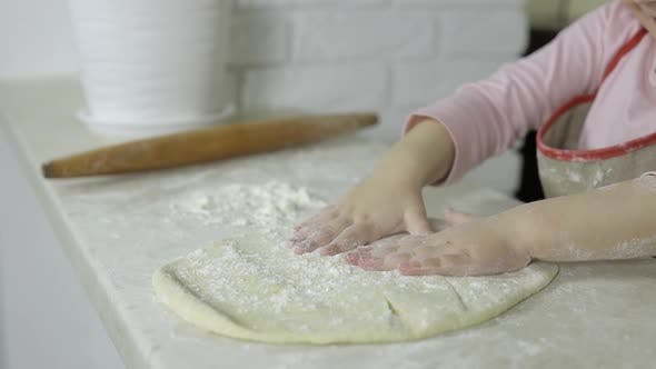 Thumbnail for Pizza kochen. Kleines Kind in Schürze Vorbereitung Teig für Kochen zu Hause Küche