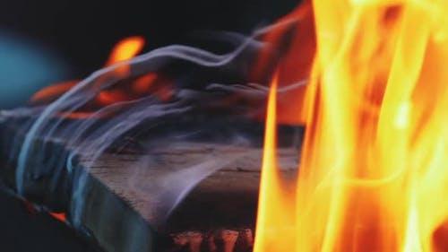 Flammendes und brennendes Gefährliches Feuer