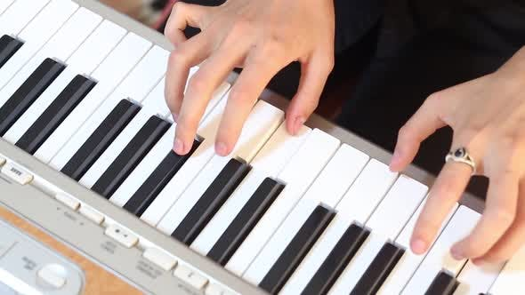 Thumbnail for Pianist gespielt auf Synthesizer