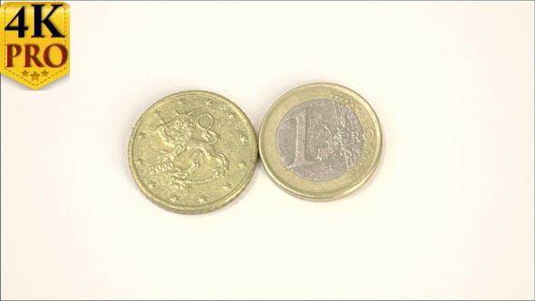 Eine finnische Euro-Münze 2000 und ein 1 Euro