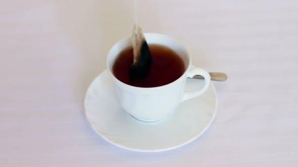 Thumbnail for Um einen Tee in der Tasse zu machen