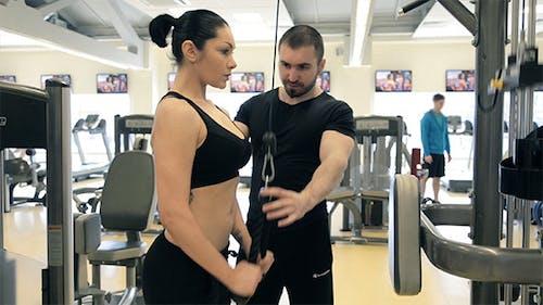 Frau Training Trizeps mit Übungsgerät