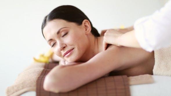 Thumbnail for glücklich Frau mit massage bei spa