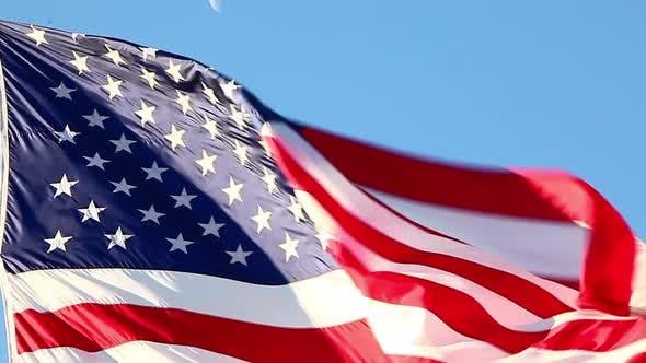 Thumbnail for Nahaufnahme der amerikanischen Flagge fliegt über das Korean War Veterans Memorial in Washington DC