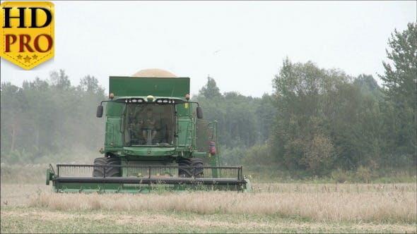 Une moissonneuse de blé en cours d'exécution sur le champ