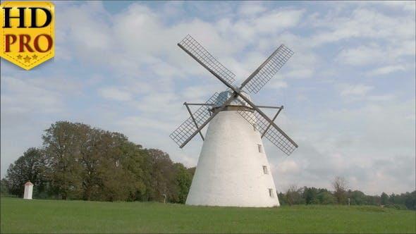 Un vieux moulin à vent classique au milieu du champ
