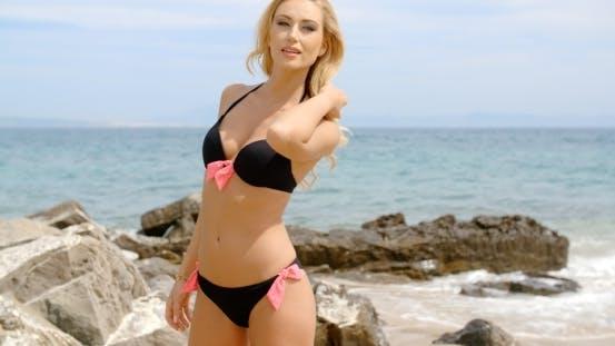Thumbnail for Frau in Bikini schauen über Schulter auf Strand
