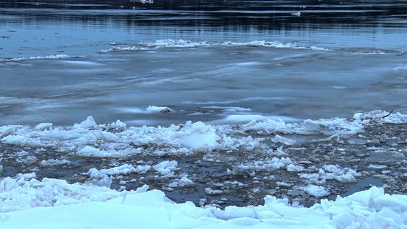 Cover Image for A Large Ice Flow on the River