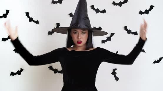 Thumbnail for Emotionale asiatische Hexe zaubern, Gestik mit den Händen zur Kamera, Casting Halloween-Zauber