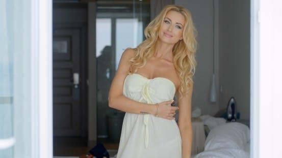 Thumbnail for wunderschöne blond Frau posiert im Inneren Ihr Zimmer