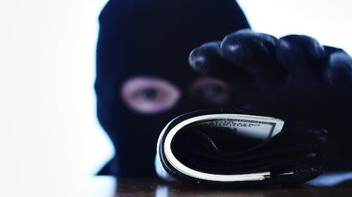 Kriminelle stiehlt eine Brieftasche