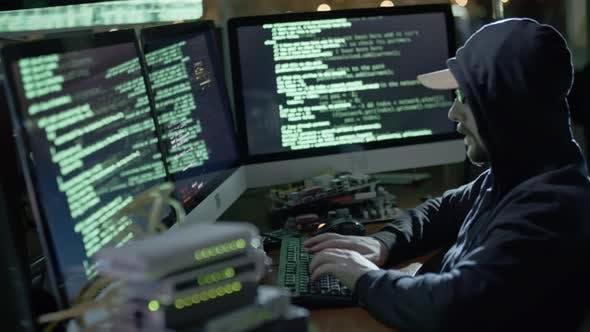 Thumbnail for IT-Programmierer arbeitet mit Code in der Nacht