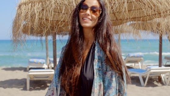 Thumbnail for Fröhlich junge Dame bei der Strand Blick auf Kamera