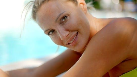 Thumbnail for Blond Frau Lächeln bei Kamera durch Schwimmbad