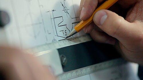 L' homme dessine un dessin technique sur planche à dessin