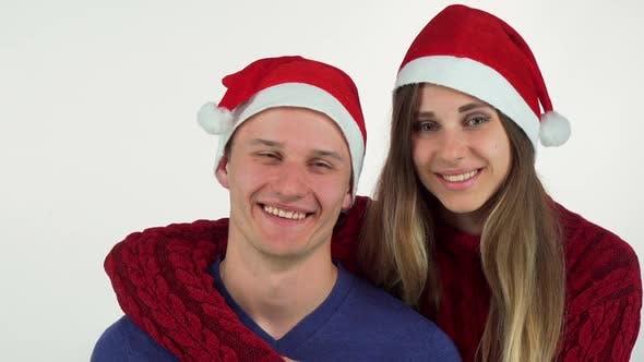 Thumbnail for Happy Christmas Paar umarmt und lächelnd bei jeder anderen 1080p
